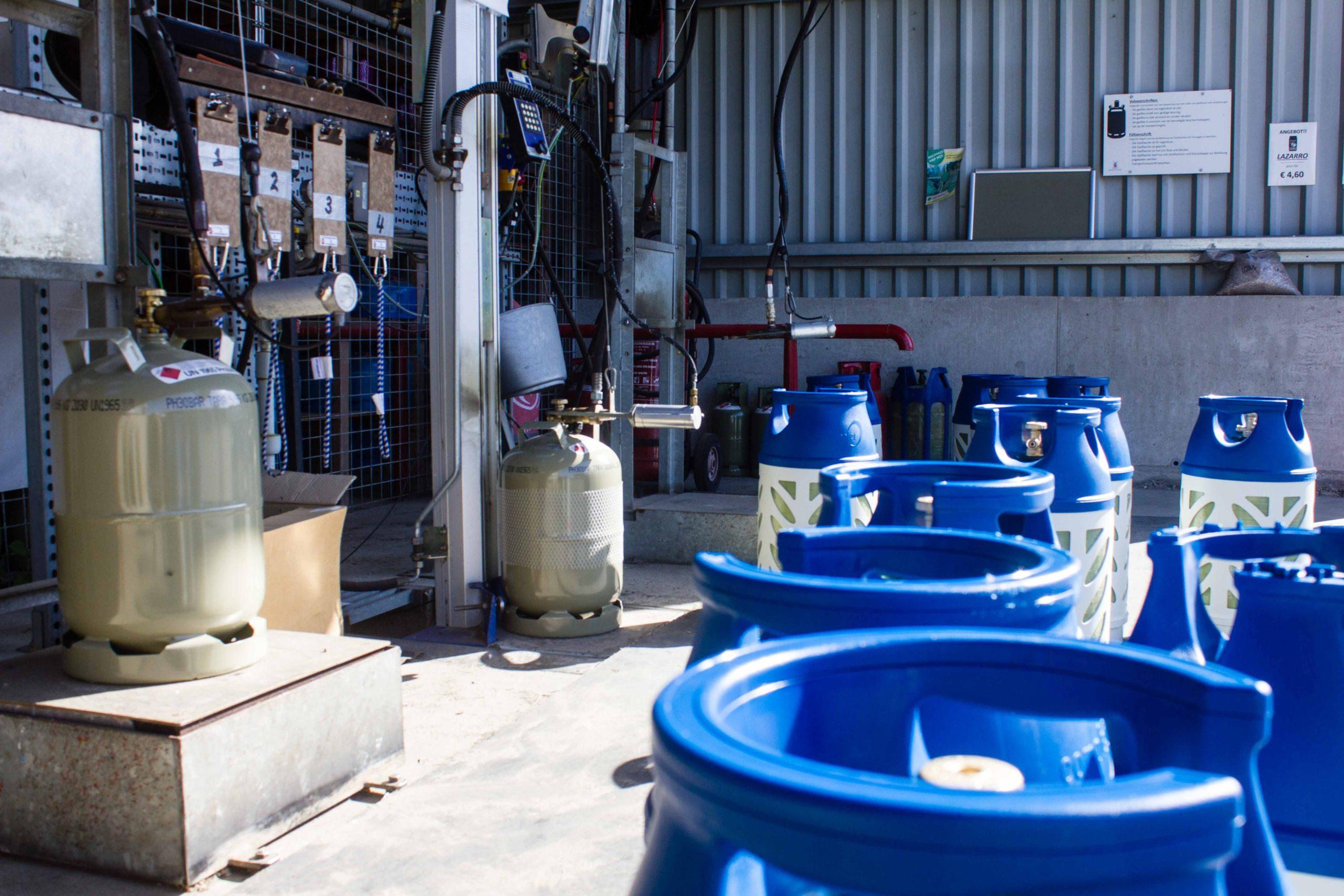 Vulstation met blauwe flessen